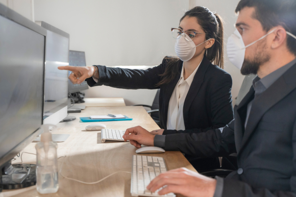 "Illustrasjonsbilder vinklet på koronapandemien flommer ut fra billedbyråene, som dette bildet fra Shutterstock med følgeteksten: ""Corona Virus. Office workers with mask for corona virus. Business workers wear masks to protect and take care of their health."""